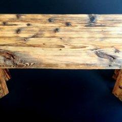 Lavička ze starého dřeva nesoucí příběh staré cihelny