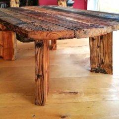 Stůl ze starého dřeva též nesoucí příběh staré cihelny